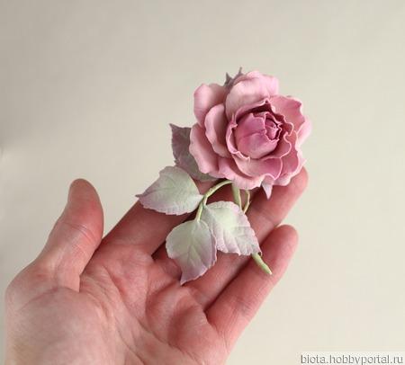 Брошь серо-розовая с небольшой розой ручной работы на заказ