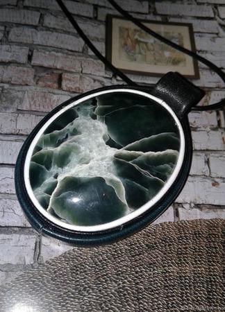 Кулон из кожи с офитом ручной работы на заказ