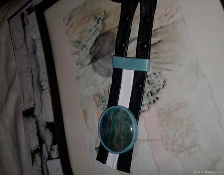 Кулон-подвеска из кожи с натуральным флюоритом ручной работы на заказ