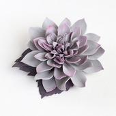 Светло-серая брошь-зажим цветок георгина
