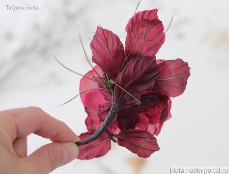 Бордовая крупная брошь-роза из ткани ручной работы на заказ