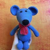 Вязаный синий мышонок с шарфом