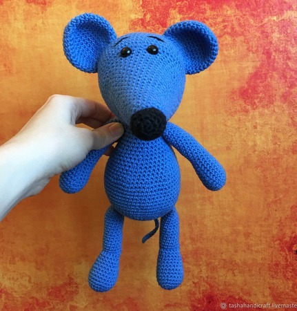 Вязаный синий мышонок с шарфом ручной работы на заказ