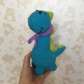 Вязаный динозаврик с шарфом