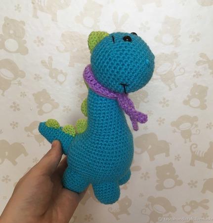 Вязаный динозаврик с шарфом ручной работы на заказ