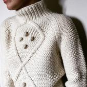 Стильный вязаный свитер с шишечками ручной работы