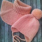 Вязаная шапочка и манишка для малышей
