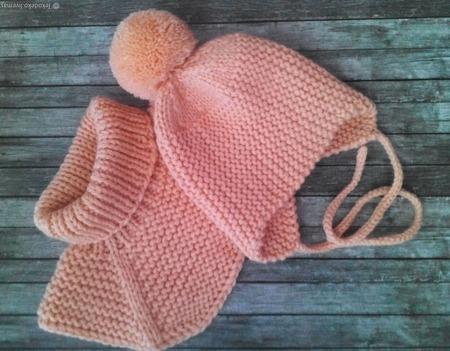 Вязаная шапочка и манишка для малышей ручной работы на заказ