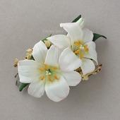 Брошь-заколка, зажим с белыми цветами лилии из фоамирана