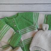 Вязаный комплект для малышки: кофточка, шапочка с ушками, пинеточки