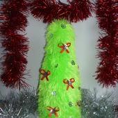 Вязаный чехол в виде новогодней елочки на бутылку шампанского