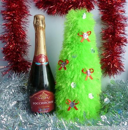 Вязаный чехол в виде новогодней елочки на бутылку шампанского ручной работы на заказ