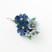 Брошь синие и голубые цветы космеи. Украшение букетик цветов.
