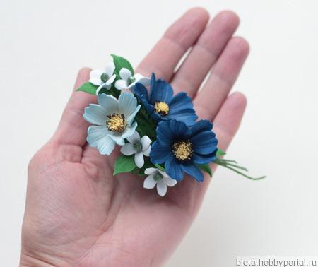 Брошь синие и голубые цветы космеи. Украшение букетик цветов. ручной работы на заказ