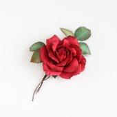 Брошь красная роза с листьями