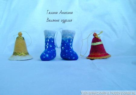 Ёлочные игрушки валяные новогодние: сувенирные валенки и колокольчик ручной работы на заказ