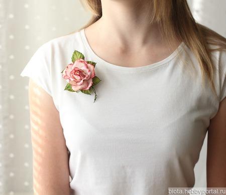 Брошь роза белая с красным ручной работы на заказ