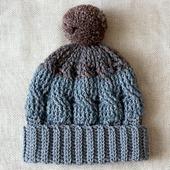 Серая шапка с отворотом и помпоном