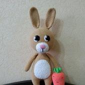 Заяц вязаный с морковкой