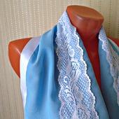 """Голубой палантин ручной работы из ткани """"Белые розы"""" модель 2"""