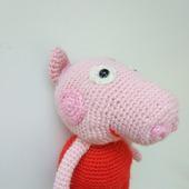 Свинка в красных ботиночках
