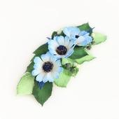 Заколка с белыми голубыми цветами и листочками