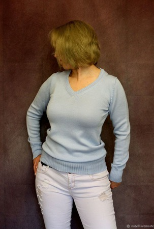 Пуловер бледно-голубого цвета ручной работы на заказ
