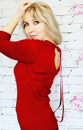 Джемпер цвета вишни с открытой спиной ручной работы на заказ