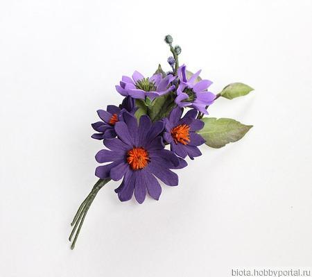 Брошь с фиолетовыми, сиреневыми цветами и каплей оранжевого ручной работы на заказ