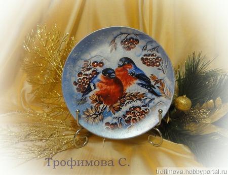 """Новогодняя тарелка """"Снегири"""" ручной работы на заказ"""