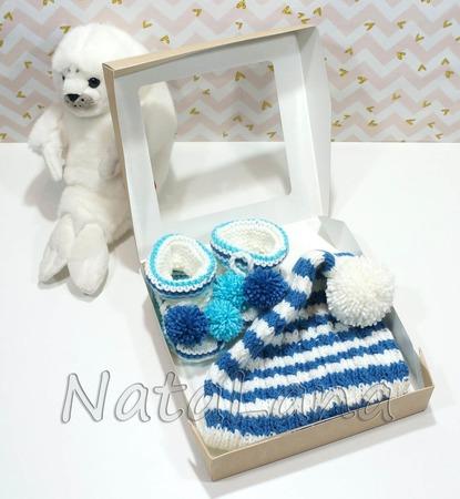 Шапочка-гномик (колпак) и пинетки с помпонами - первый подарок малышу ручной работы на заказ