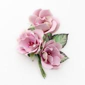 Брошь с пастельно-розовыми цветами розы