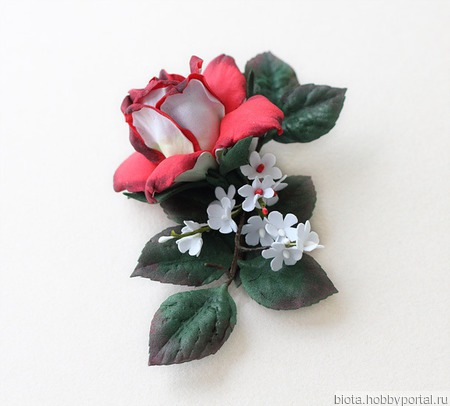 """Брошь с красным цветком и листьями """"Красно-белая роза"""" ручной работы на заказ"""