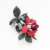"""Брошь с красным цветком и листьями """"Красно-белая роза"""""""