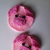 Вязаная аппликация свинка