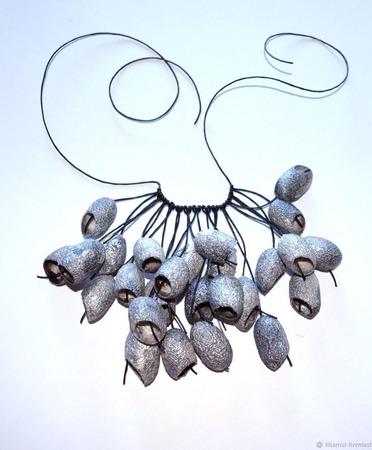 Колье серебряное легкое из окрашенных коконов шелкопряда ручной работы на заказ