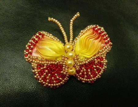"""Брошка красно-желтая """"Бабочка"""" из бисера и ленты шибори ручной работы на заказ"""