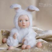 """Коллекционная игрушка """"Белый заяц, которого жалко"""""""