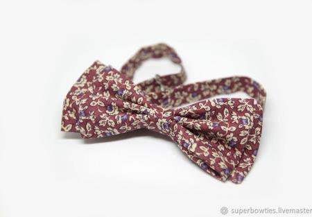 Галстук-бабочка бордовый с бежевыми цветами и фиолетовыми ягодами ручной работы на заказ
