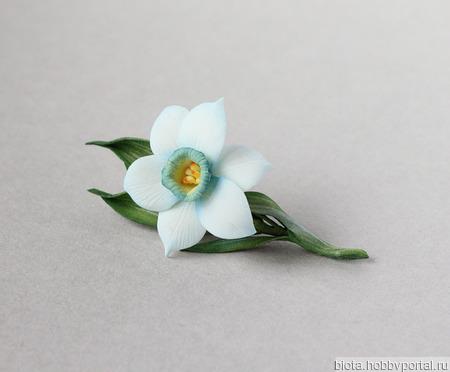 Брошь нарцисс цветок весенний необычный белый с синим ручной работы на заказ