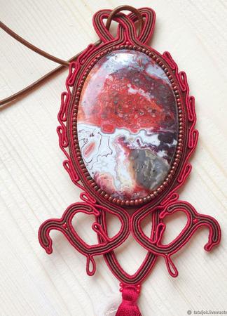 Кулон сутажный из натурального камня бордовый ручной работы на заказ