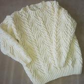 Пуловер с ажурным узором и косами