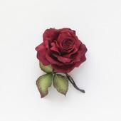 Брошь роза бордовая цветок с листьями