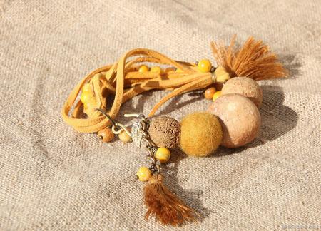 Объемный браслет из натуральных материалов «Охра» ручной работы на заказ