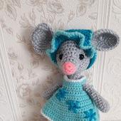 Вязаная игрушка мышка с набором одежды