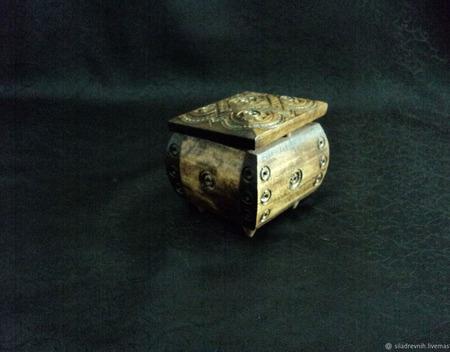 Шкатулка для зарядки амулетов (малая резная) ручной работы на заказ