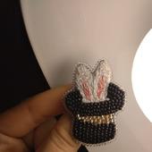 """Брошь-булавка """"Кролик в шляпе"""""""