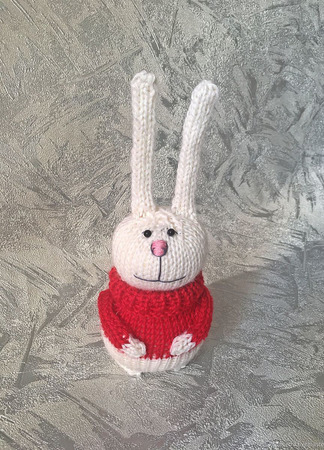 Заяц в красном свитере ручной работы на заказ