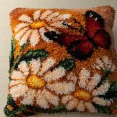 """Подушка с вышивкой в ковровой технике """"Ромашки"""""""