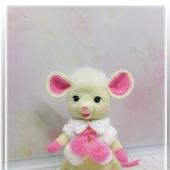 Мышонок вязаный белый